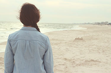 Nachdenkliche Frau am Strand