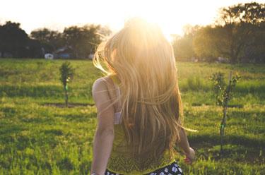 Junge Frau in der Abendsonne
