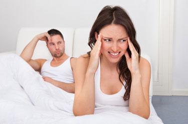 Paar im Bett mit Problemen