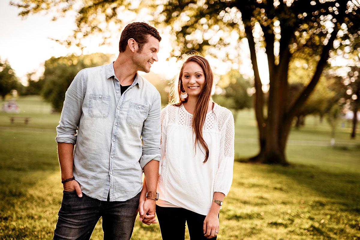 Lachendes Paar hält sich an den Händen